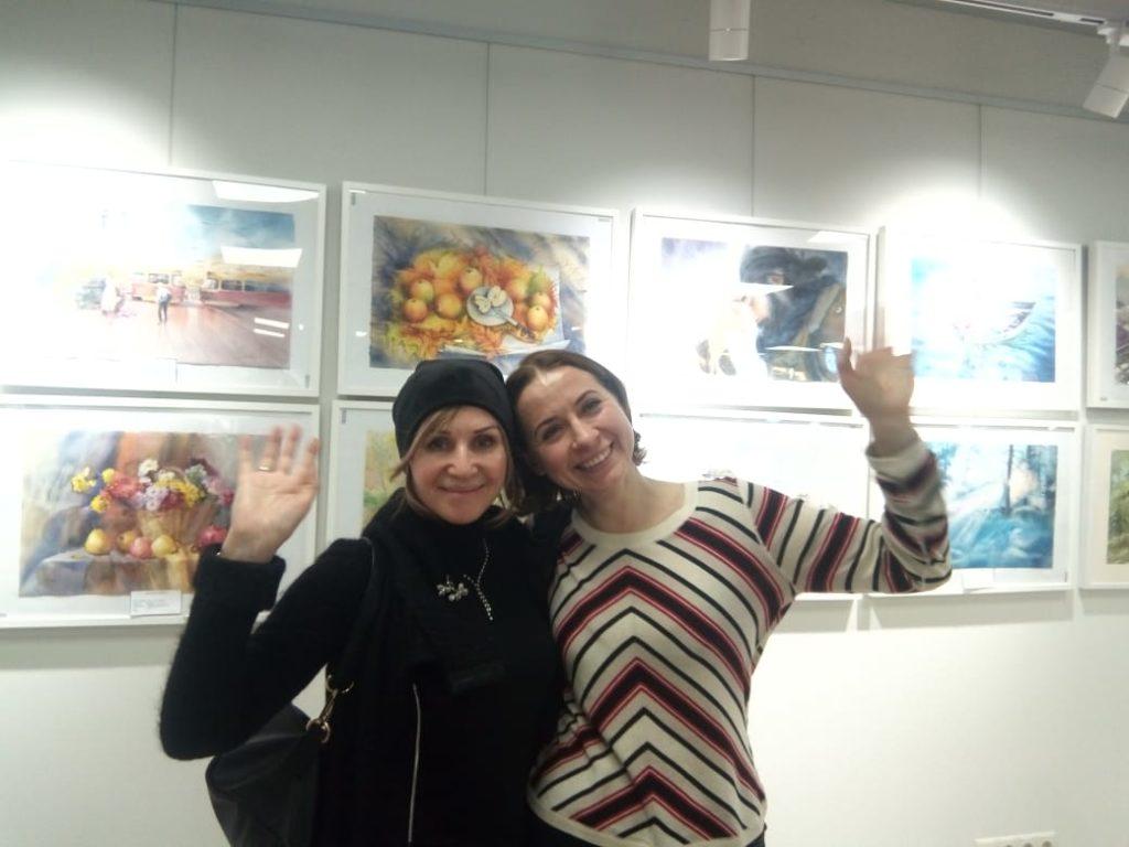 Наталия Попова - Профессиональный Художник со знакомой на 1-ой выставке Российских художников-акварелистов в 2020 году